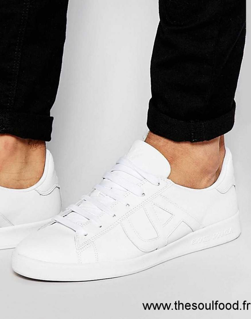 d5a7019bd6d3 Chaussures Emporio Armani blanches femme tax6jh0K ... Chaussures Baskets  bicolores Armani Homme noir side ga. Chaussures Emporio Armani blanches  Casual ...