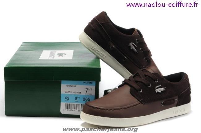 307b6ad1bd Cette chaussure de ville pour homme peut tout de suite conquérir le c?ur  des fans de la marque au crocodile pour son design simple, mais authentique.